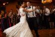 Mladenci plešu na vjenčanju