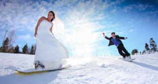 Mladenci snijeg snowboarding