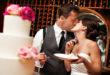 Mladenci režu tortu na vjenčanju uz romantični poljubac
