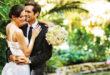 Mladenci u zagrljaju na vjenčanju