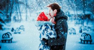 Zaljubljeni par se ljubi na snijegu