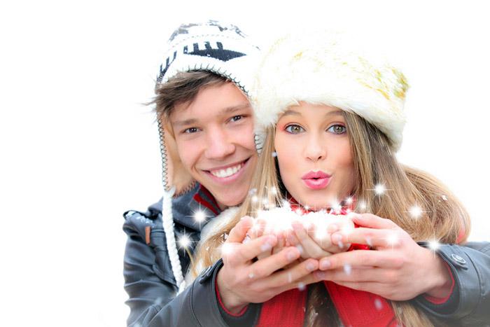 Sretan par na snijegu uz malo čarolije