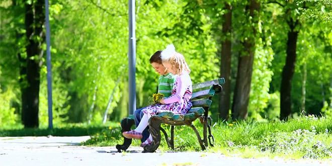Djeca na klupici uživaju u proljeću