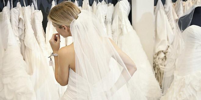 Mladenka bira vjenčanicu