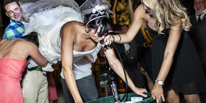 Mladenka pije iz bačve na vjenčanju