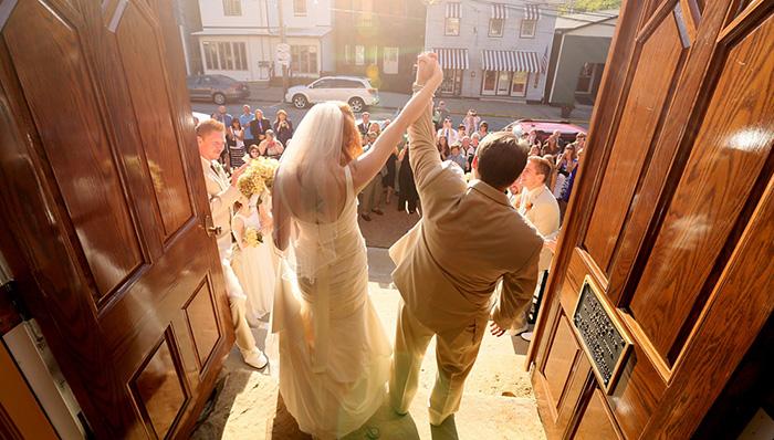 Veselje mladenaca nakon vjenčanja
