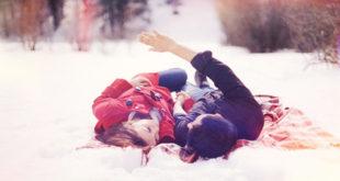 Sretan par u snijegu