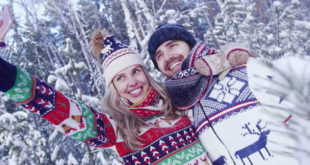 Sretan par u snijegu snima selfie