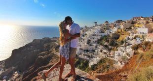 Sretan par se ljubi na stijeni uz prekrasan pogled