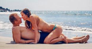 Ljubavni par provodi ljeto na plaži