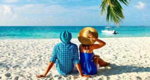 Par na plaži uživa u ljetu