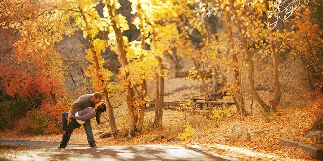 Zaljubljeni par u jesen