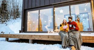 Sretan par uživa u zimi