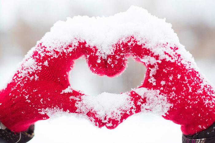 Srce od rukavica u snijegu