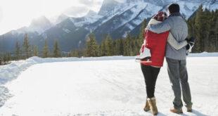 Ljubavni par po zimi uživa u snježnoj panorami
