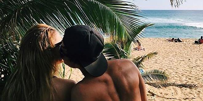 Zaljubljeni par uživa u ljetu pod palmama