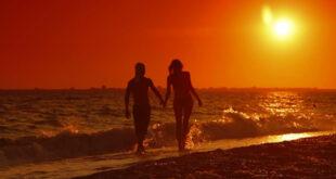 Sretan par zalazak sunca
